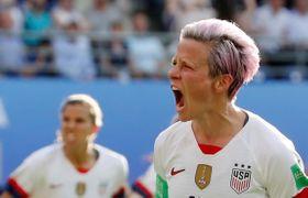 24日、サッカー女子ワールドカップのスペイン戦で2点目を挙げ喜ぶ米国のラピノー選手=フランス・ランス(ロイター=共同)