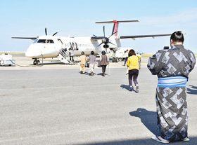 記者とともに乗り込んだ小さな飛行機。手前は記念にスマートフォンで撮影する当時大関の稀勢の里=2015年10月、鹿児島県の徳之島空港で