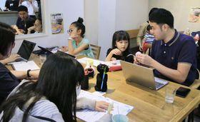子どもたちとカフェに集まって働く「子連れテレワーク」の実証実験=23日、東京都世田谷区