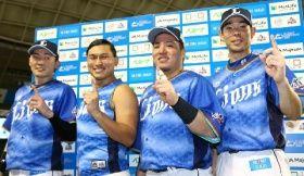 お立ち台で「トゥース!」のポーズを決める(左から)源田、オードリーの春日、山川、秋山