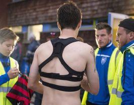 GPS機能が付いた器具を身につけているドイツのサッカー選手=14年10月、ドイツ・フランクフルト(共同)