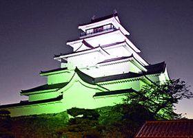 グリーンにライトアップされた鶴ケ城=会津若松市