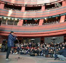 「アビスパ福岡キックオフフェスタ2018」で集まったサポーターの前であいさつするアビスパ福岡の井原監督