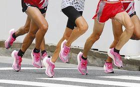 昨年9月、東京五輪マラソン代表選考会でナイキの厚底シューズを履く選手(共同)
