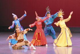 遊牧民族の日常などを表現するモンゴルの舞踊団=磐田市民文化会館で