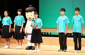 開会式であいさつする山田生徒実行委員長(中央)=県民会館