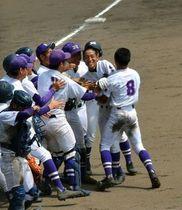 サヨナラ勝ちを決める適時打を放ちチームメートから祝福される龍谷の中島(右から2人目)