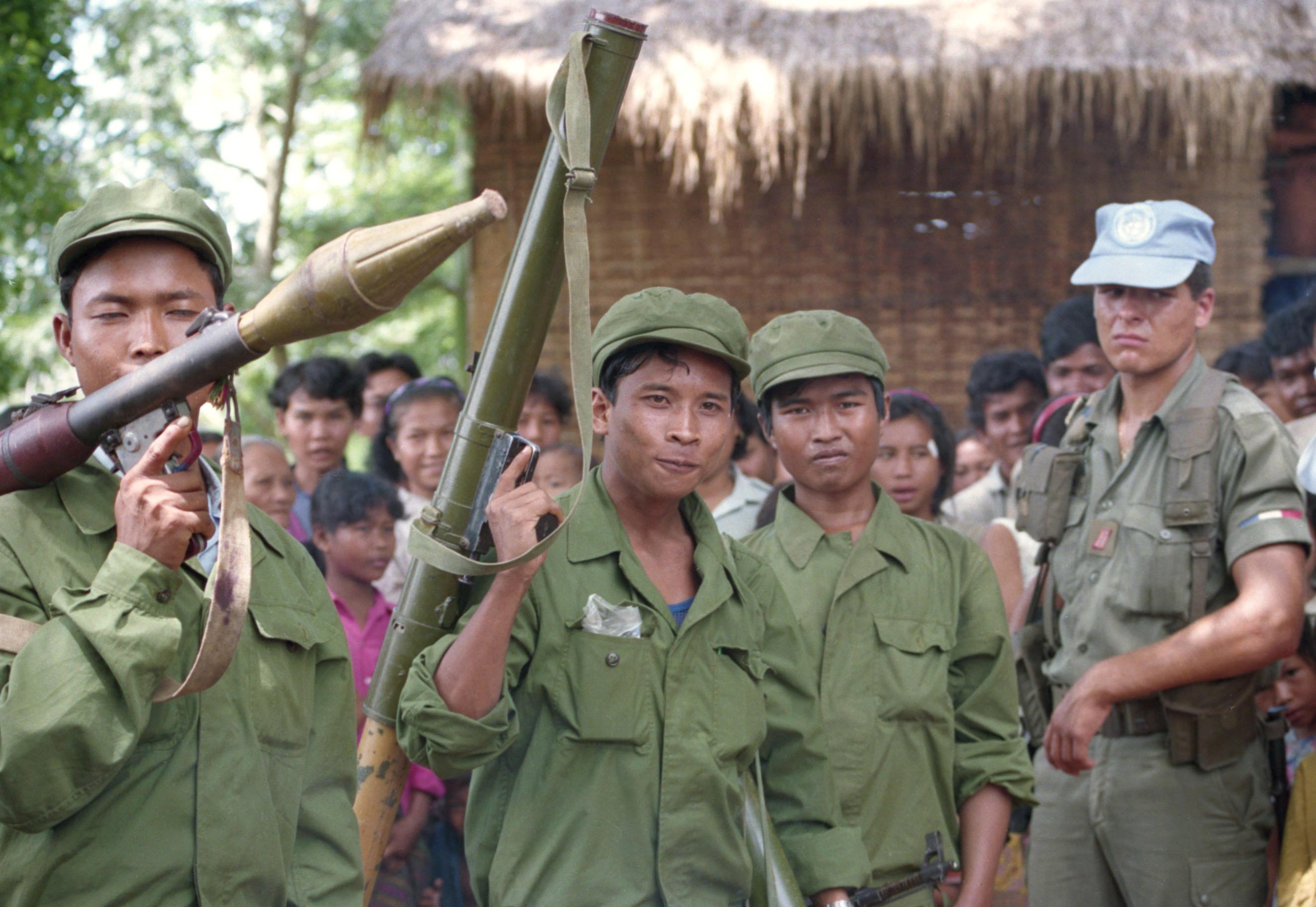 1992年10月、PKO要員の兵士(右端)と接触するポル・ポト派の兵士=カンボジアのカンポート近郊(共同)