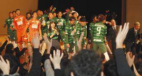 今シーズンの背番号が発表された後、サポーターと交流するFC岐阜の選手ら=JR岐阜駅近くのじゅうろくプラザで