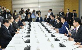 首相官邸で開かれた月例経済報告関係閣僚会議=19日午後