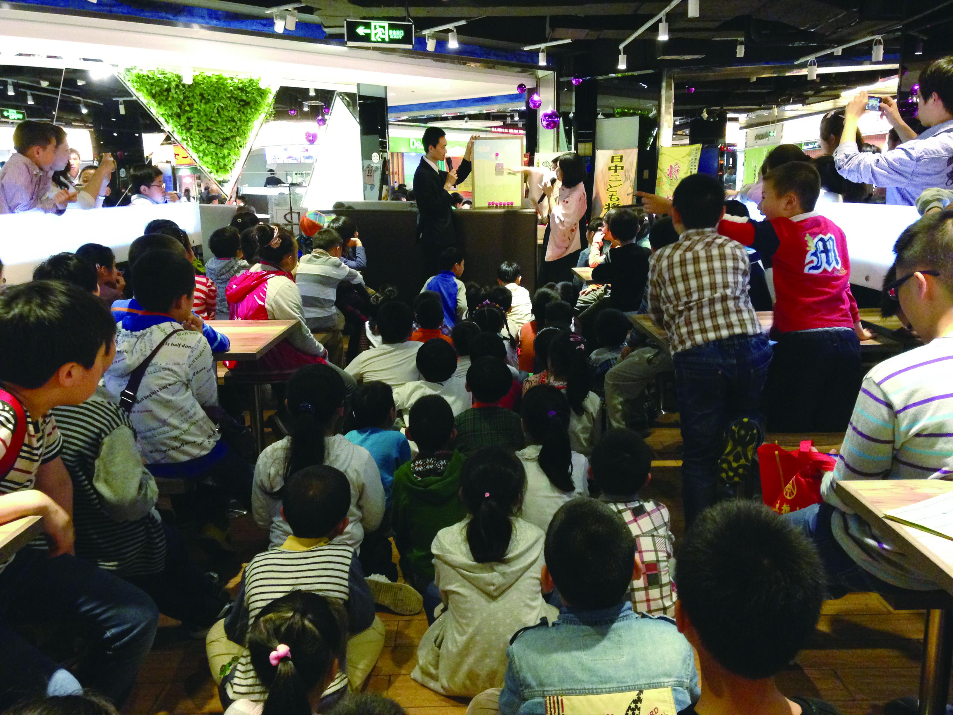 上海で「どうぶつしょうぎ」を説明する北尾女流二段(右)