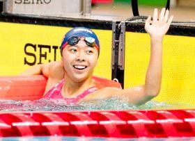 【女子100メートル背泳ぎ決勝】準優勝し、観客席に笑顔で手を振る新田・秀野由光=熊本市総合屋内プール