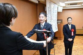 表彰状を受け取る堀江さん(中央)と林田さん(右)