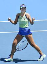 女子シングルス準々決勝で勝利し4強入りを決め、喜ぶソフィア・ケニン=メルボルン(共同)