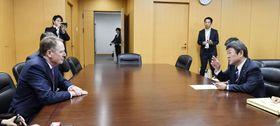 ライトハイザー米通商代表(左)と会談する茂木経済再生相=25日夜、内閣府(代表撮影)