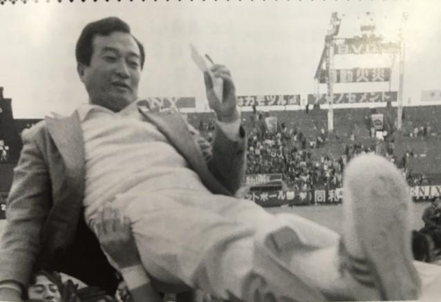 甲子園ボウルで優勝し、学生の手で胴上げされる故篠竹幹夫・元日大監督