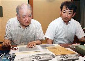 父の聡一さんと祖父貞さんの資料を眺める信太誠一さん(右)
