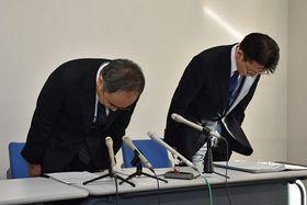 記者会見で陳謝する県教委の田村博美次長(左)と赤尾教職員課長