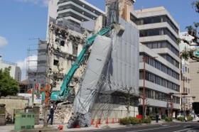 倒れかかった工事現場の足場=18日午後、姫路市東駅前町