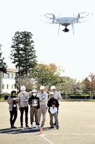 屋外で初めてドローンを操縦する小山町職員=同町多目的広場