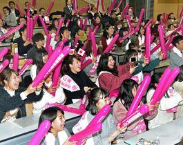 佐藤選手の金メダル獲得を喜ぶ高崎健康福祉大の学生=21日午後10時ごろ、高崎市の同大