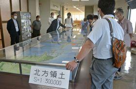 北海道東部への修学旅行誘致のため、実施されたツアーで説明を受ける教員ら=12日午後、北海道根室市