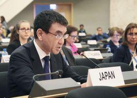 核拡散防止条約再検討会議の第2回準備委員会で演説する河野外相=24日、スイス・ジュネーブ(共同)