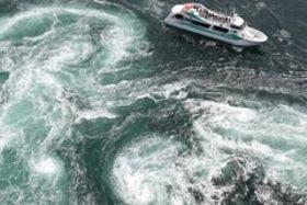 豪快に白波を立て、渦巻き模様を描く渦潮=鳴門海峡