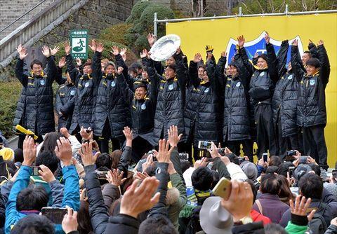 ファンとともにJ2復帰を喜ぶ栃木SCの選手たち=10日午後3時20分