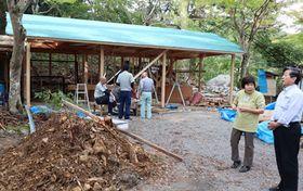 倒木で損壊した硯石亭の再建作業が進む(京都市右京区・神護寺参道)