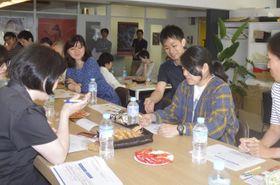田丸雅智さん(右から3人目)が物語の生み出し方を伝授したショートショート講座=25日午後、東京都渋谷区