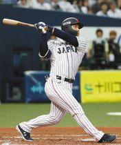 第2戦で1回、先制の満塁本塁打を放つ吉田正=いずれも京セラドーム大阪で
