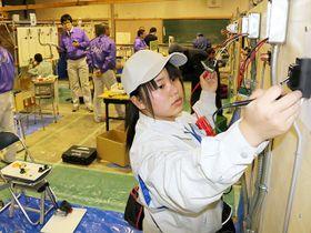 ものづくりの課題に取り組む高校生たち=美濃加茂市蜂屋町、国際たくみアカデミー