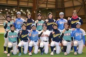 韓国で開催される国際女子野球キャンプに参加する選手ら。後列右端は金由起子監督兼選手