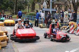 春らしい晴天の下、ゴーカートを楽しむ親子連れら(京都市北区・大宮交通公園)