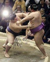 ○阿武咲-嘉風● 阿武咲(左)は立ち合いで鋭く当たり突き押しで前進。一気に攻め立て、そのまま突き出した
