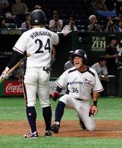 日本製鉄広畑-JFE西日本 8回裏日本製鉄広畑2死一塁、斎藤の左線二塁打で立花(右)が生還。1-3と追い上げる