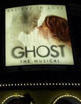 『ゴースト・ザ・ミュージカル』の劇場看板。右がケイシー・レヴィ=2011年10月、ロンドン