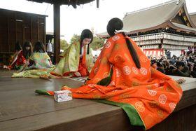京都・八坂神社の能舞台で行われた、新春恒例の「かるた始め式」=3日午後