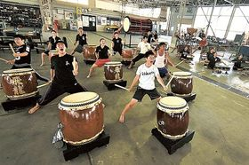 国立劇場での公演に向け練習に励む和太鼓部員=17日午前、沼津市の飛龍高
