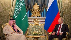 モスクワで会談したサウジアラビアのサルマン国王(左)とロシアのプーチン大統領=5日(ゲッティ=共同)