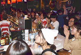 日本代表に声援を送るファンら=福島市・スポーツカフェ「スクエア」