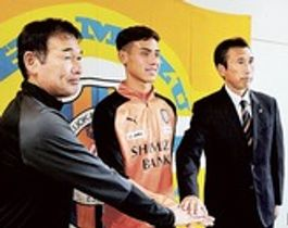 決意を語ったエリック(中央)。右は内藤強化部長、左は平岡清水ユース監督=静岡市清水区のクラブハウス