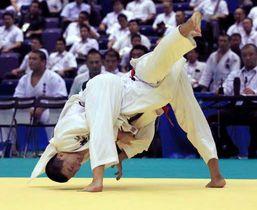 柔道男子66キロ級決勝で一本勝ちし、優勝した福田(左)