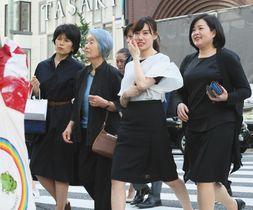 銀座の街を歩く女性ら