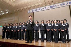 今季の戦いを振り返る岡山シーガルズの河本昭義監督(中央)=岡山市内