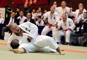 男子団体決勝・神戸国際大付-育英 けさ固めで一本勝ちした神戸国際大付の中堅・島
