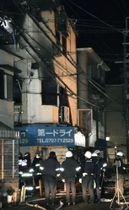 火災があった店舗兼住宅=19日午前5時ごろ、兵庫県宝塚市