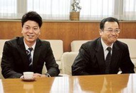 プロ生活への意気込みを語る大盛選手(左)=磐田市役所