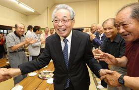6選を果たし、支持者らと握手を交わす一瀬さん(中央)=9日午後8時20分、波佐見町宿郷の選挙事務所